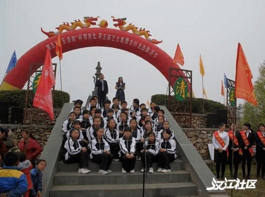 五山镇中心学校学生在茶王赛上诵读茶经。