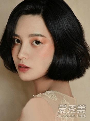 9款清爽时尚很流行  一款日系的复古发型的设计,气质的中短发烫发形成图片