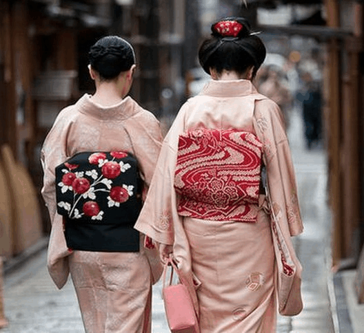 日本女人�y�-�.��)�h�_日本女人腰后背得是什么东西,那可绝不是什么枕头!