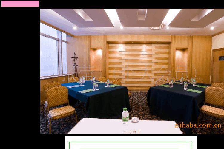 鱼骨型桌形摆设:将会议室的桌子按照鱼骨架即八字形依次摆开,在桌子图片